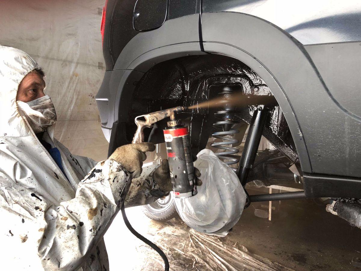 Фото процесса обработки автомобиля
